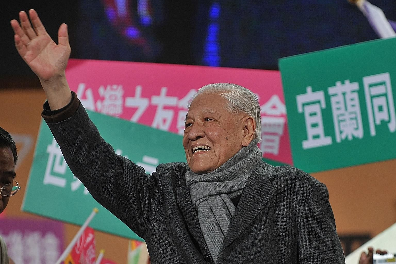 A Jan 13, 2012, file photo of Taiwan's former president and chairman of the Kuomintang Party Lee Teng-hui waving at a rally for the island's then main opposition Democratic Progressive Party presidential candidate Tsai Ing-wen. PHOTO: AGENCE FRANCE-P
