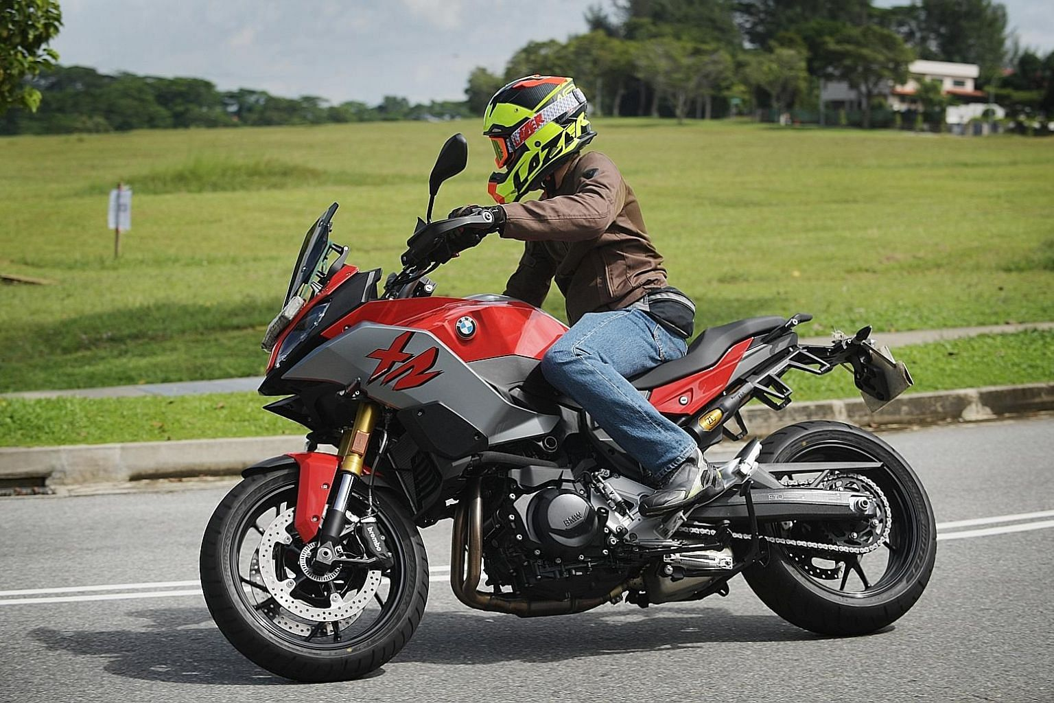 The BMW F900 XR has Bluetooth connectivity, keyless ignition, quickshift system and LED headlights which light up corners during a turn.
