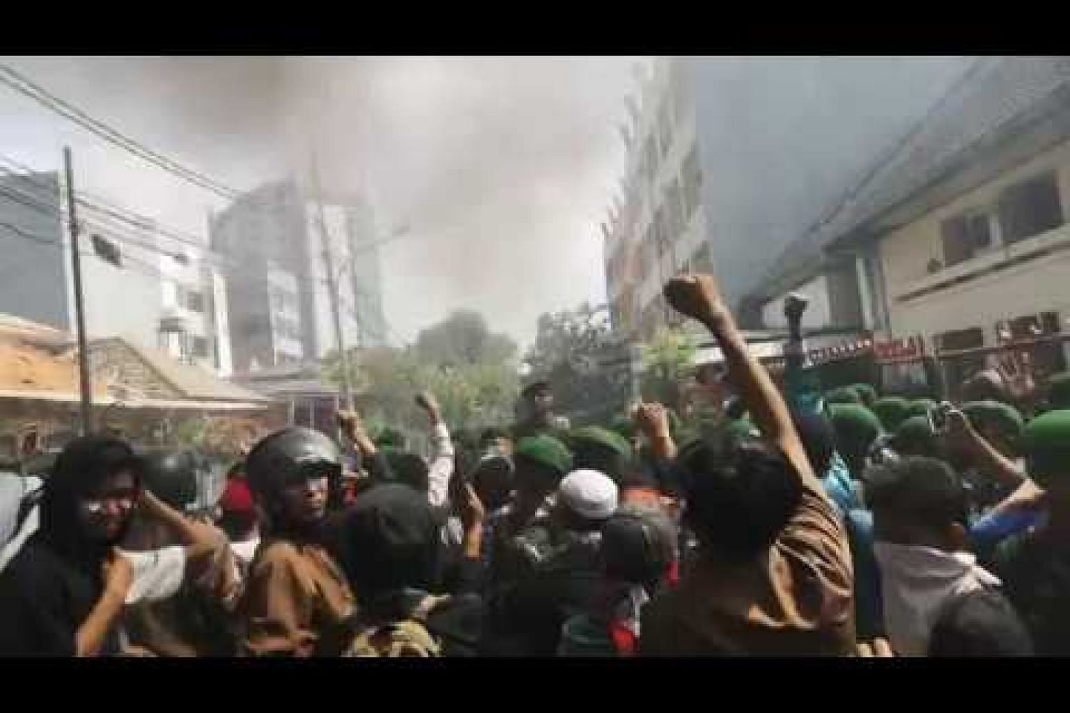 Indonesia army reserve negotiating with crowd leaders during protests