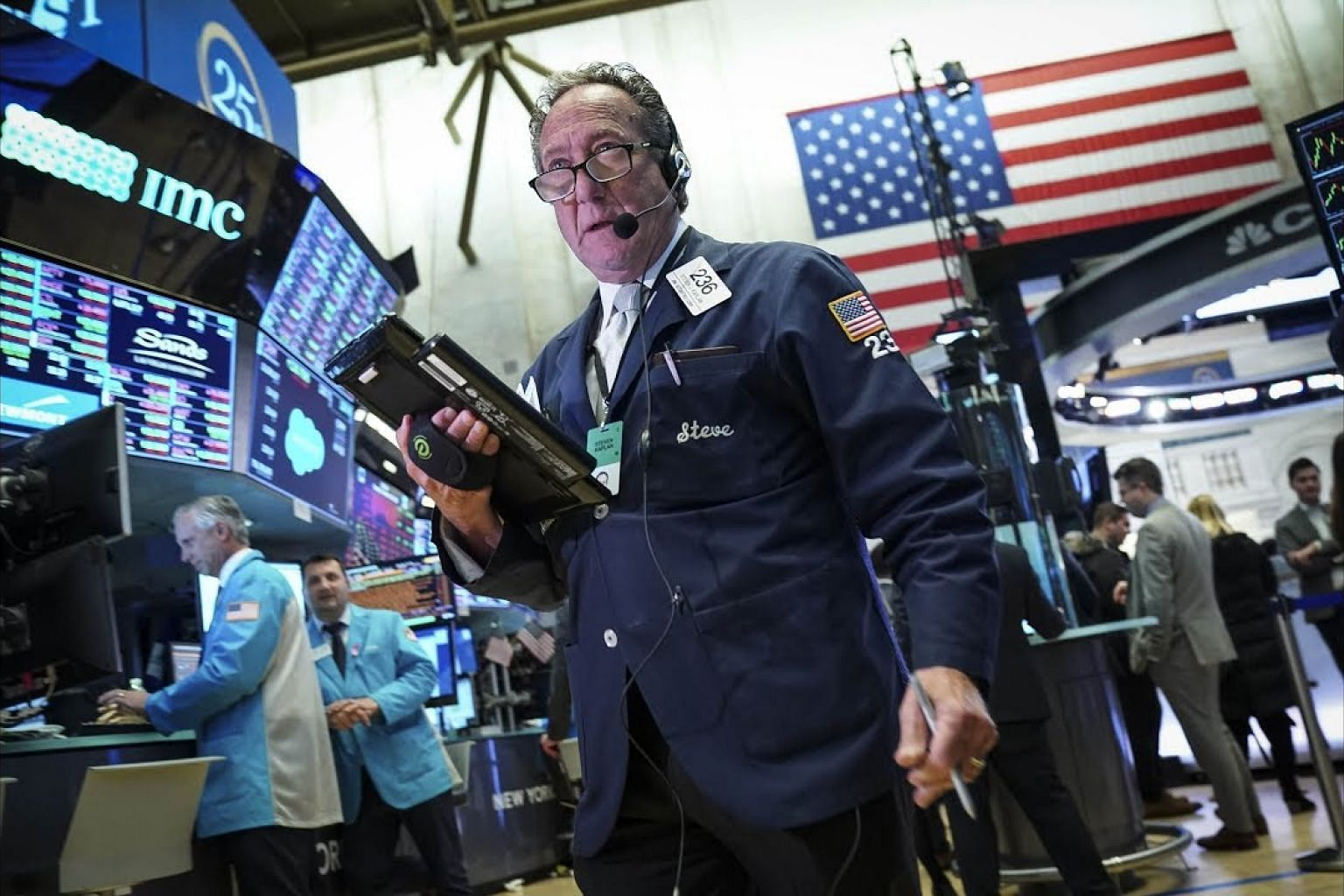 S&P 500 gains with energy, tech