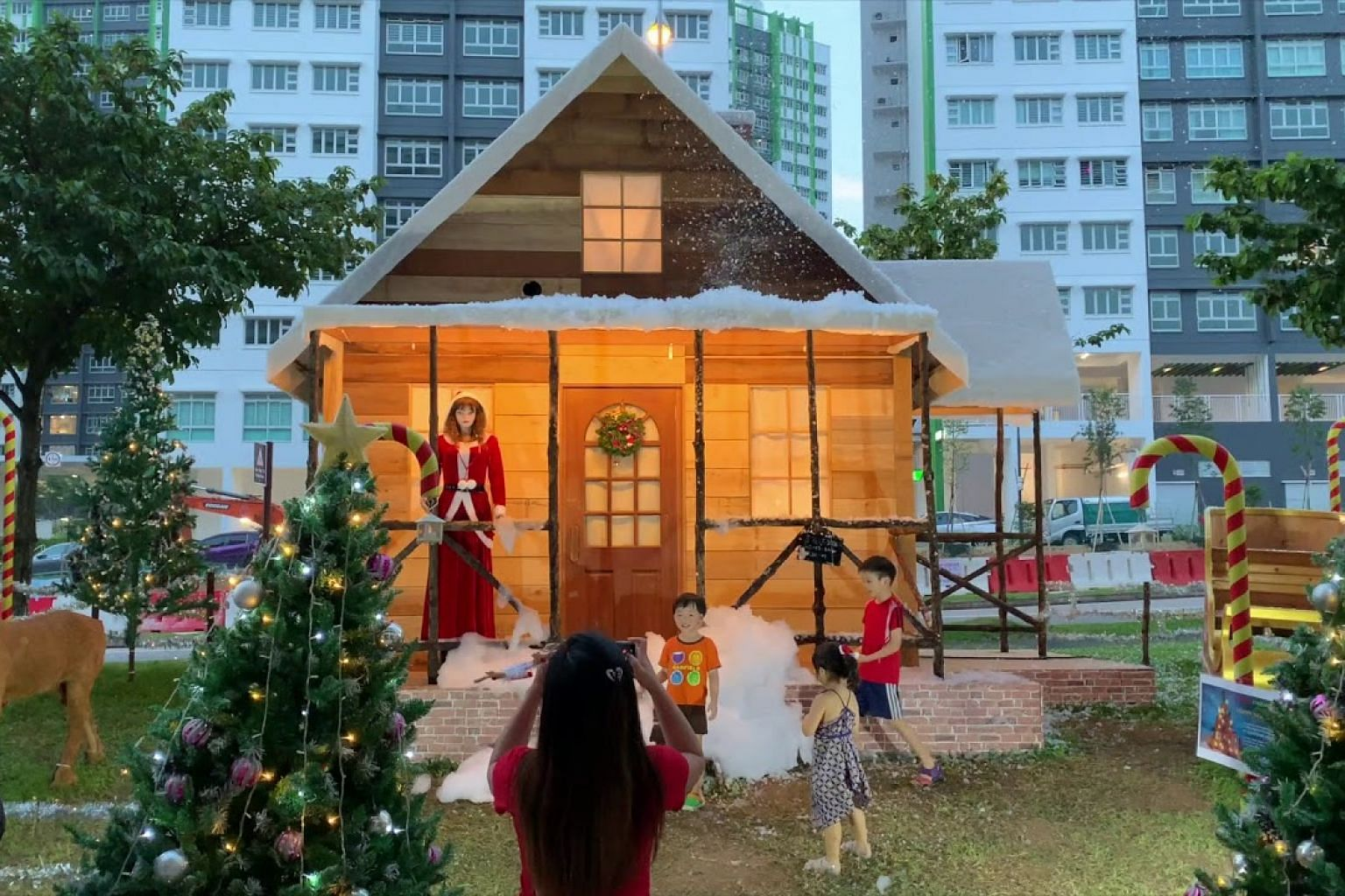 Residents enjoy a 'snowy' Christmas in Woodlands