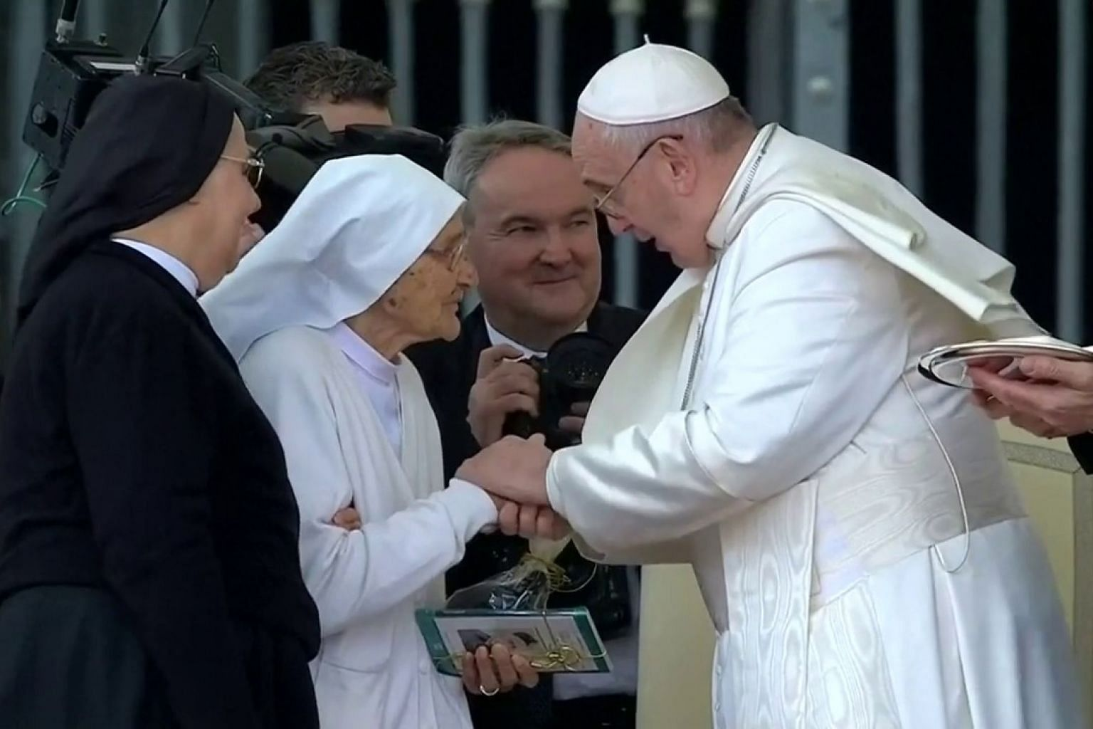 Germs to blame for Pope ring-kissing mystery