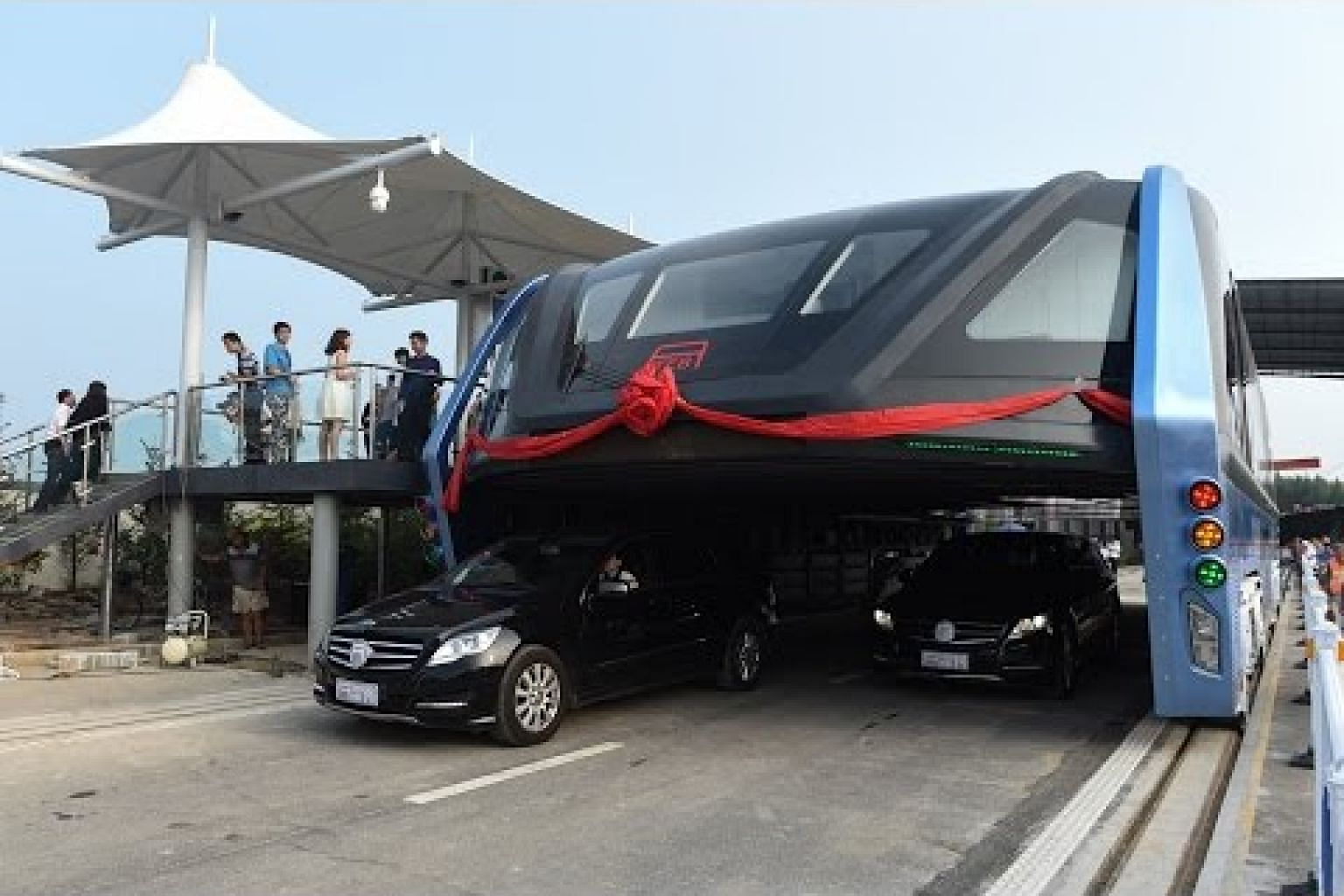 """Awesome! China's futuristic """"straddling bus"""" launches 1st road test"""