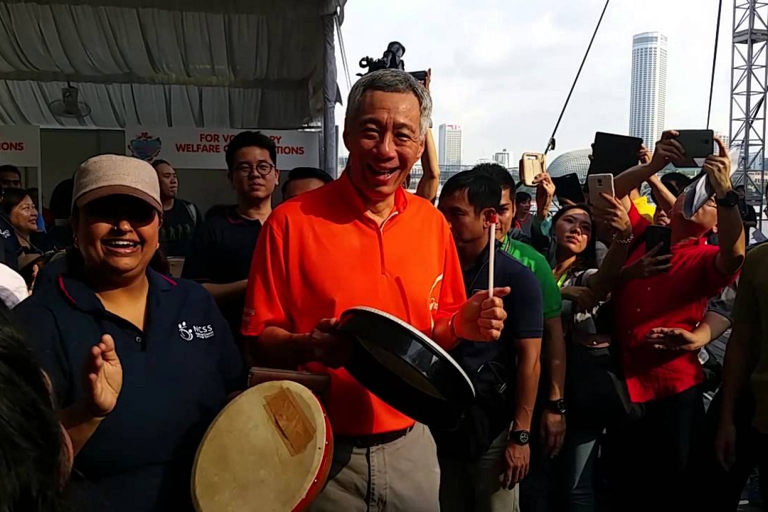PM Lee Hsien Loong playing a drum at the ComChest Heartstrings Walk