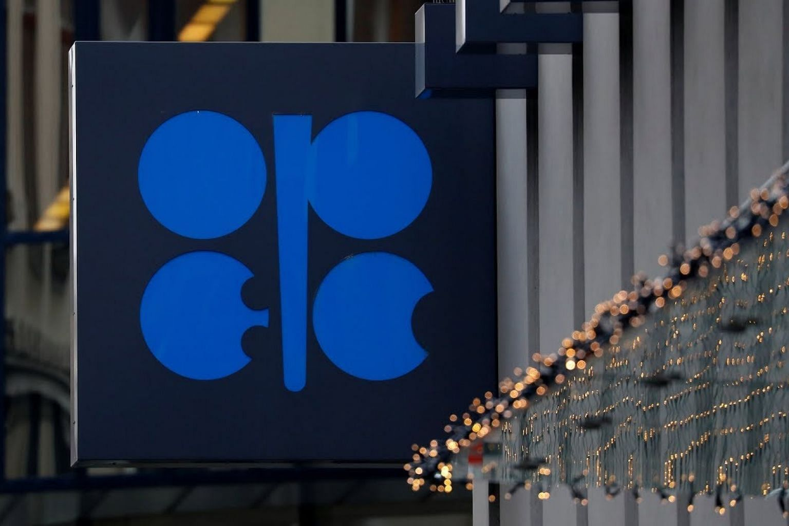 Oil drops even as Opec curbs output