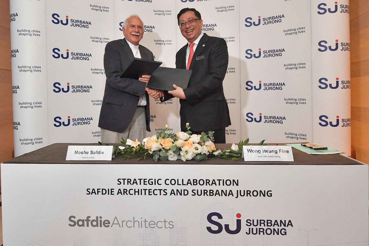 Mr Moshe Safdie and Mr Wong Heang Fine at a signing ceremony yesterday for the partnership between Surbana and Safdie Architects.