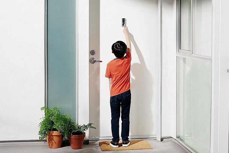 Video doorbell mounts easily on peephole