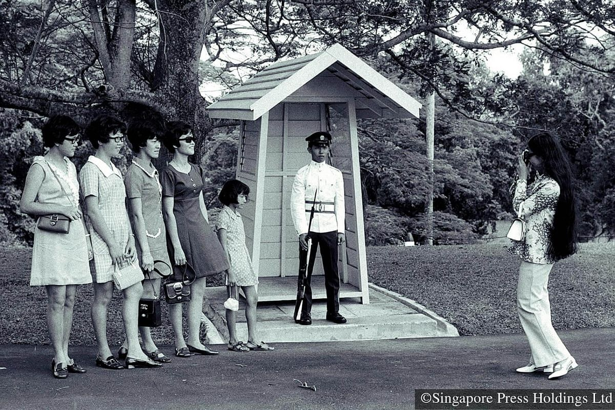 1971: Many people attend the extremely popular Istana open house in between their Chinese New Year visiting.