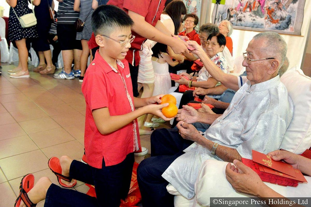 2016: Traditionally, mandarin oranges are presented to the elders with both hands as a sign of respect, and the younger person will also greet the elders with auspicious phrases. A pair of oranges symbolises double happiness.