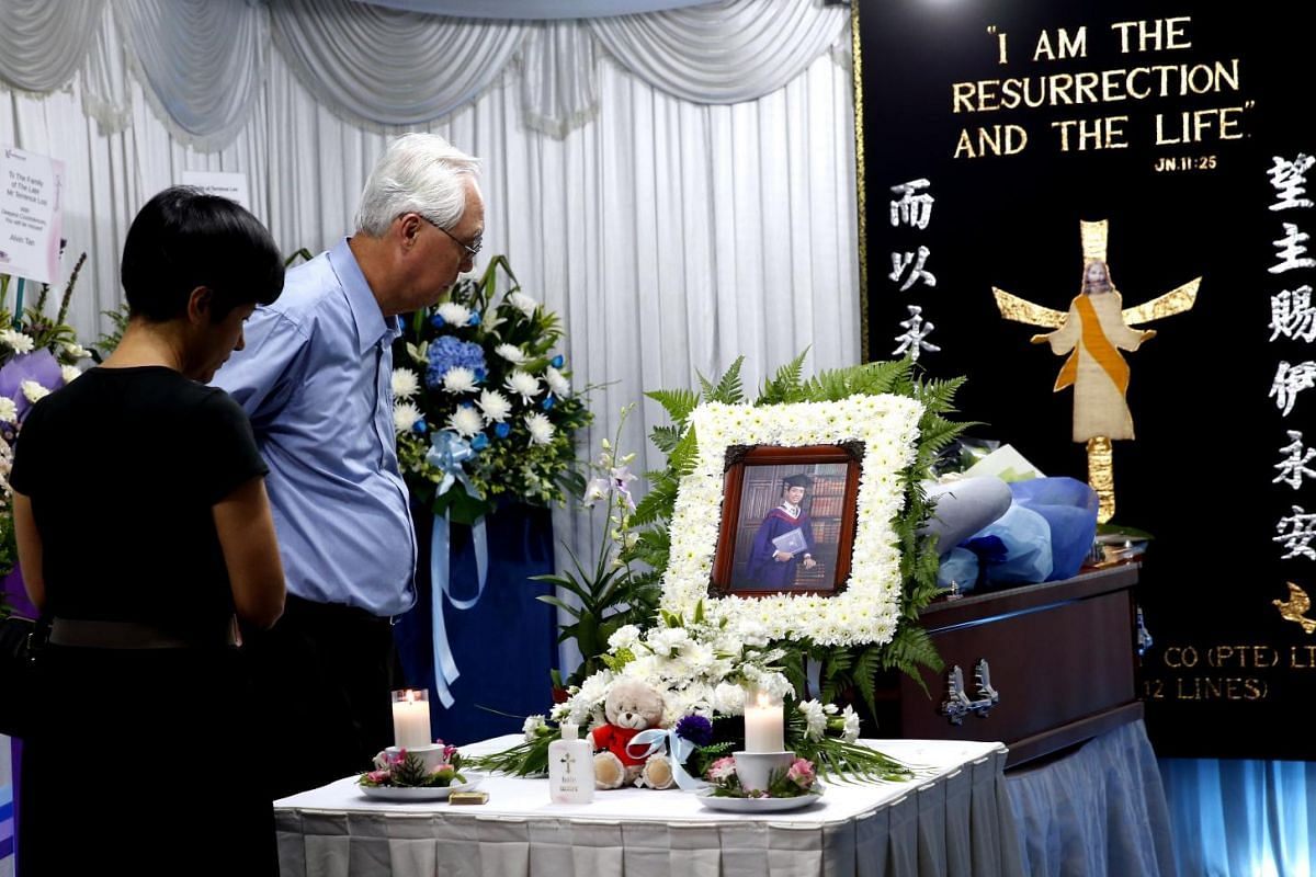 Emeritus Senior Minister Goh Chok Tong (right) and Senior Minister of State for Law and Education Indranee Rajah paying their respects at the wake of Tanjong Katong Primary School teacher Terrence Loo, a victim of the Sabah Quake, on June 8, 2015.