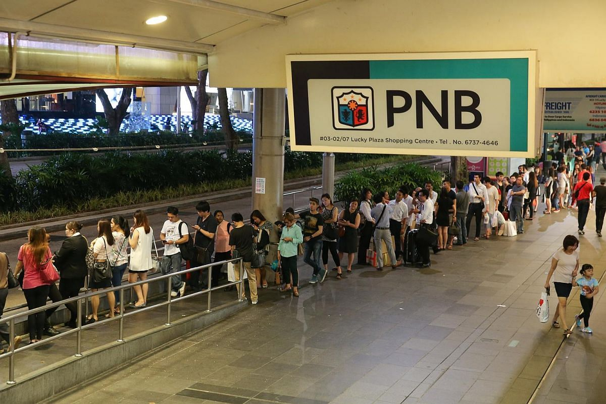 The taxi queue outside Lucky Plaza at 10.50pm after the MRT breakdown on July 7, 2015.