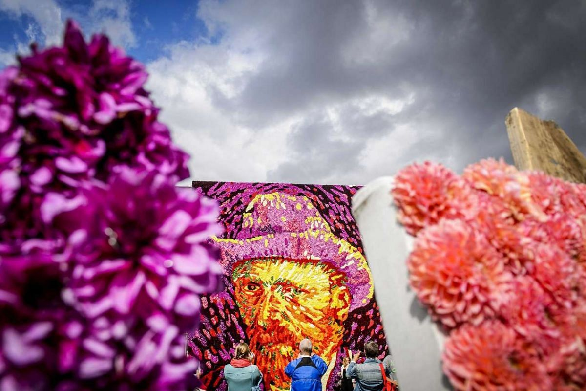 A tableau of flowers representing the face of famous Dutch painter Vincent van Gogh is revealed at Museumplein, Amsterdam, the Netherlands, July 29, 2015. Van Gogh died in Auvers-sur-Oise, France, 125 years ago.