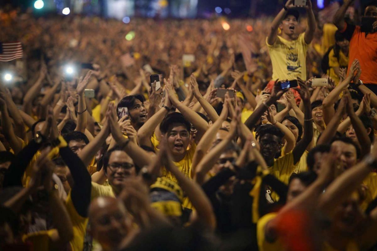 Protesters clap in unison during a song segment at the Bersih 4.0 rally on Aug 30, 2015.