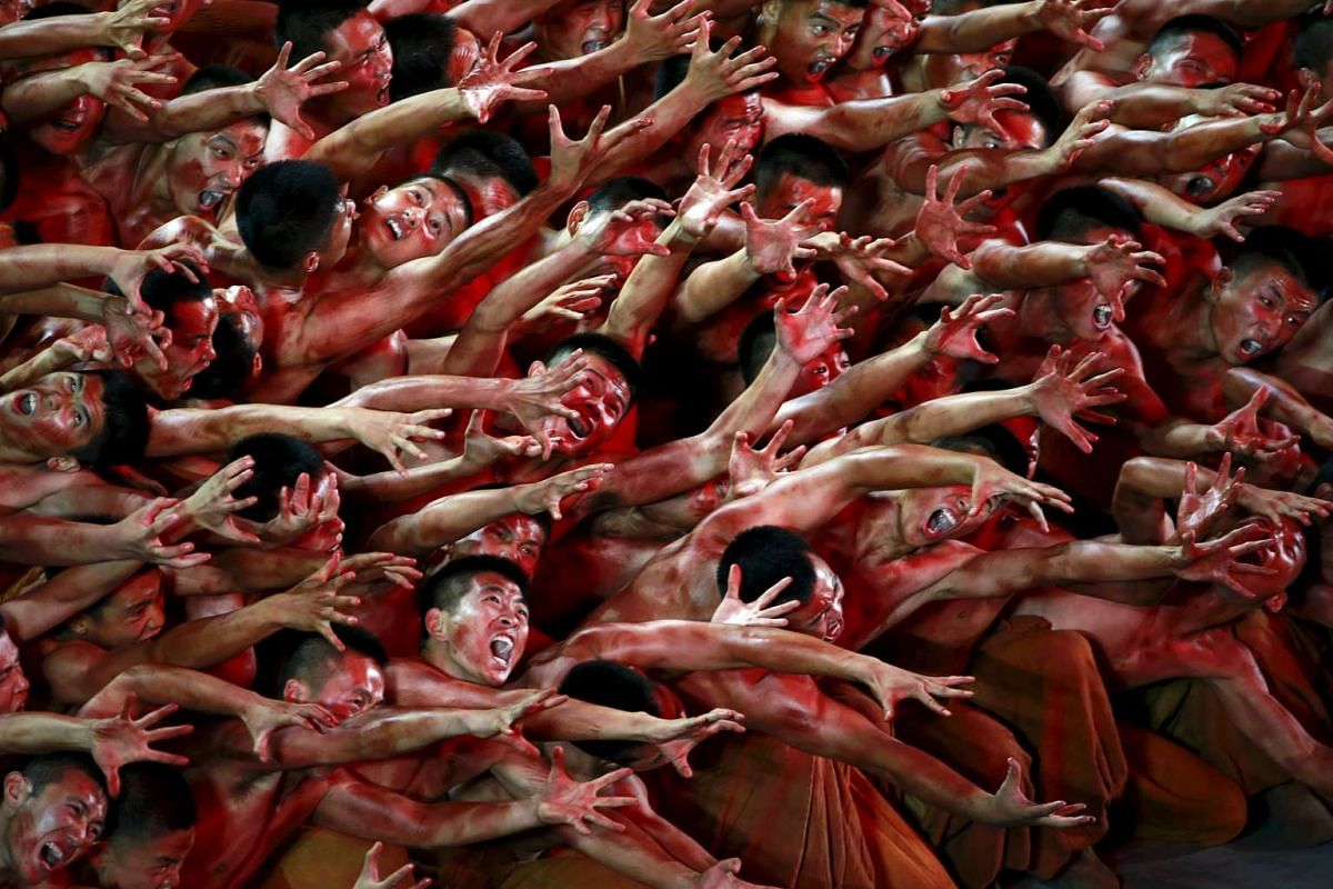 Dancers perform at a gala show to mark the 70th anniversary of the end of World War Two, in Beijing, China, September 3, 2015. PHOTO: REUTERS / KIM KYUNG-HOON