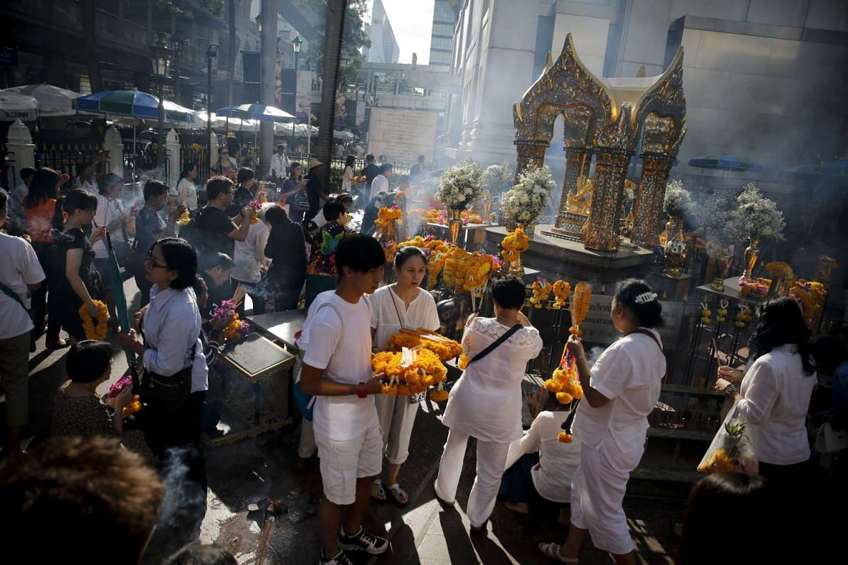 People pray at the Erawan Shrine after Brahmin priests performed a religious ceremony to worship the Lord Brahma statue after it was renovated following the deadly bombing of 17 August, in Bangkok, Thailand, 04 September 2015. PHOTO: EPA / DIEGO AZUB