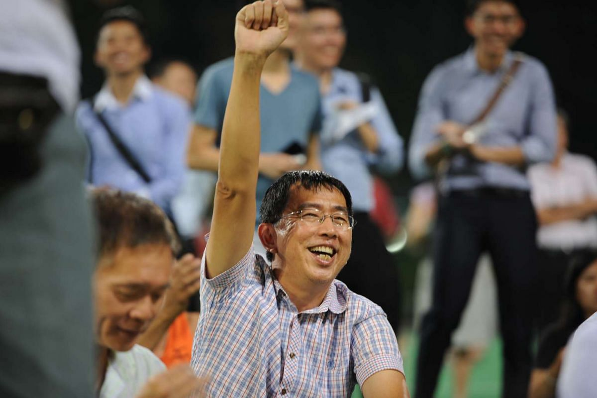 A man cheering as independent candidate Han Hui Hui takes the stage.