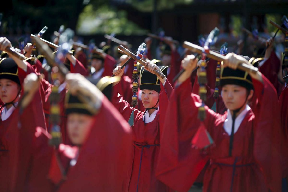 University students dressed in traditional costumes perform during the grand Confucian ceremony of Seokjeon at a shrine at Sungkyunkwan University in Seoul, South Korea, September 18, 2015. PHOTO: REUTERS / KIM HONG-JI
