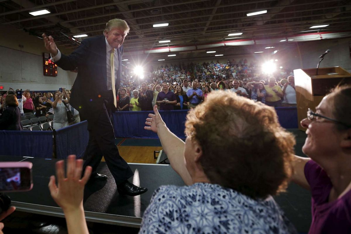 U.S. Republican presidential candidate Donald Trump greets supporters as he takes the stage at a campaign town hall meeting in Rochester, New Hampshire September 17, 2015. PHOTO: REUTERS / BRIAN SNYDER