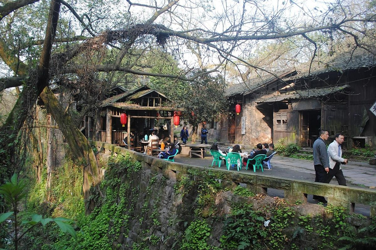 A traditional teahouse in Pianyan Old Town (above).