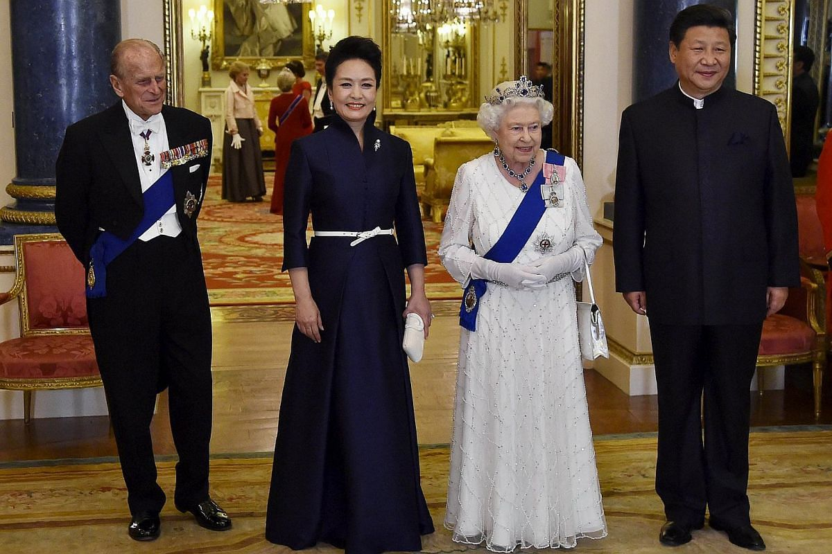 Britain's Queen Elizabeth II (second, right) and Britain's Prince Philip, Duke of Edinburgh (left) accompanying Chinese President Xi Jinping (right) and his wife Peng Liyuan as they arrive for a state banquet at Buckingham Palace on Oct 20, 2015.