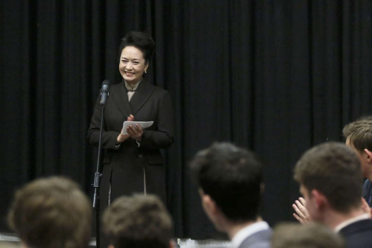 Chinese President's wife Peng Liyuan speaking to students during a visit to Fortismere School in London, Oct 21, 2015.