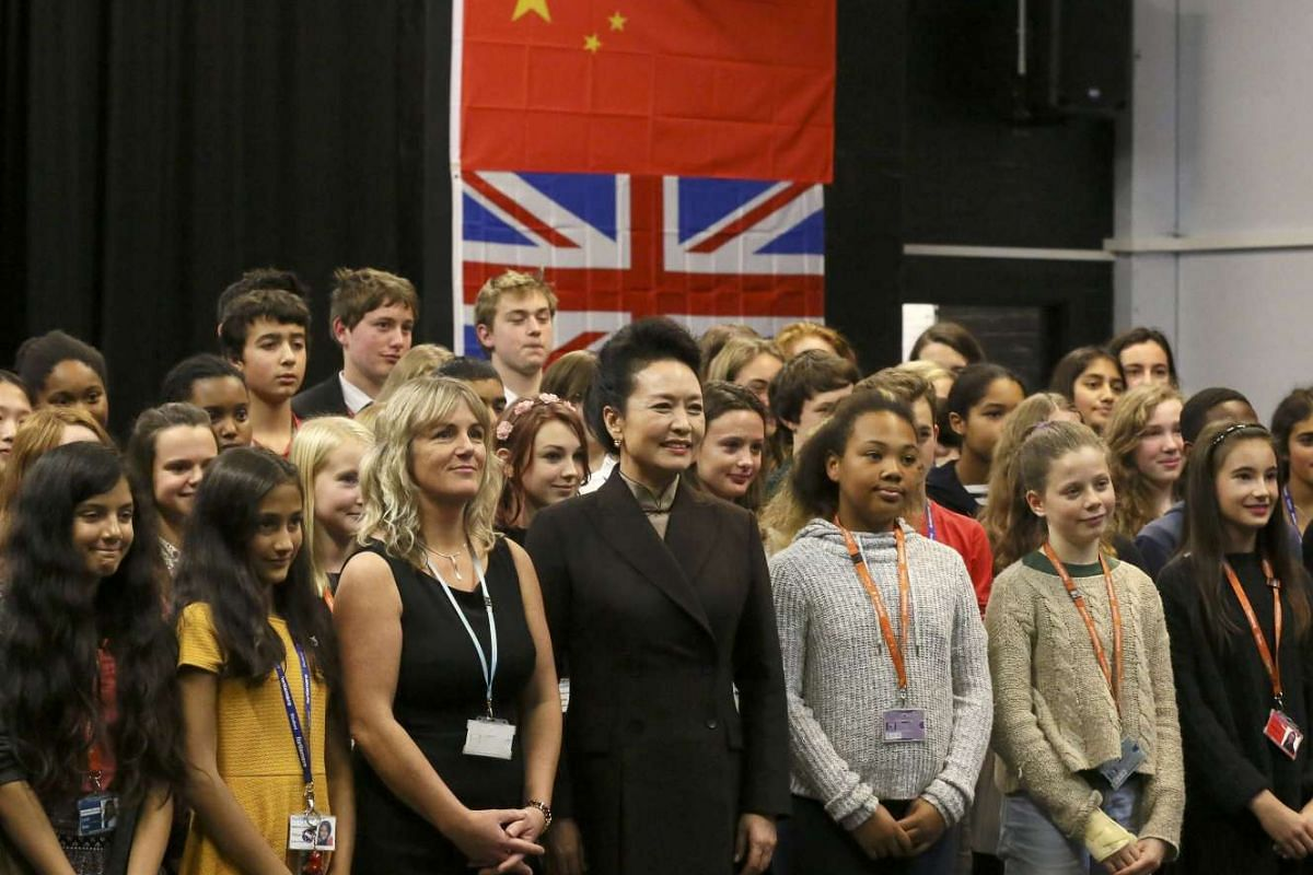 Chinese President's wife Peng Liyuan posing for a picture with students during a visit to Fortismere School in London, Britain, Oct 21, 2015.