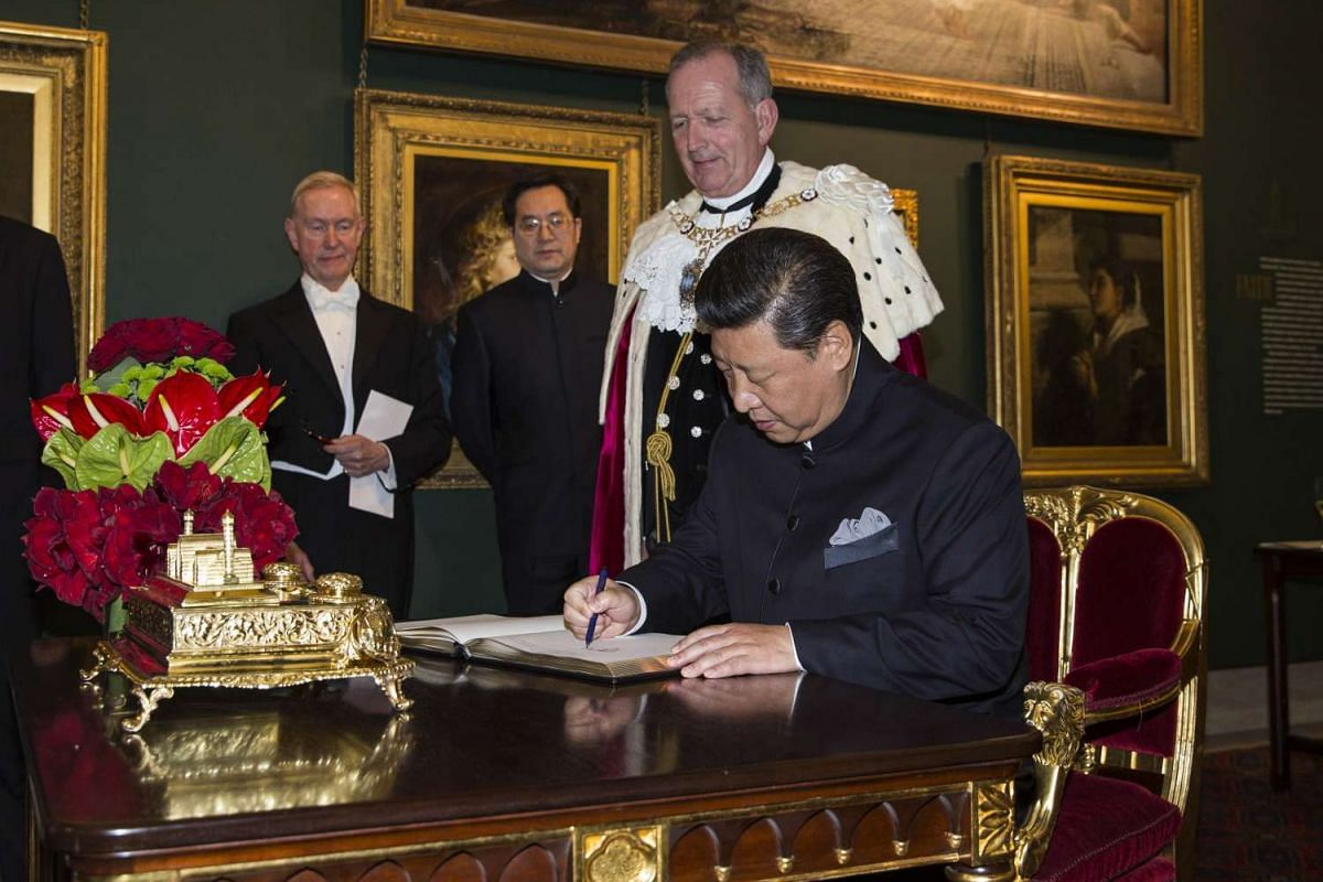 Chinese President Xi Jinping signing the Distinguished Visitors Book at the Guildhall in central London before attending a banquet on Oct 21, 2015.