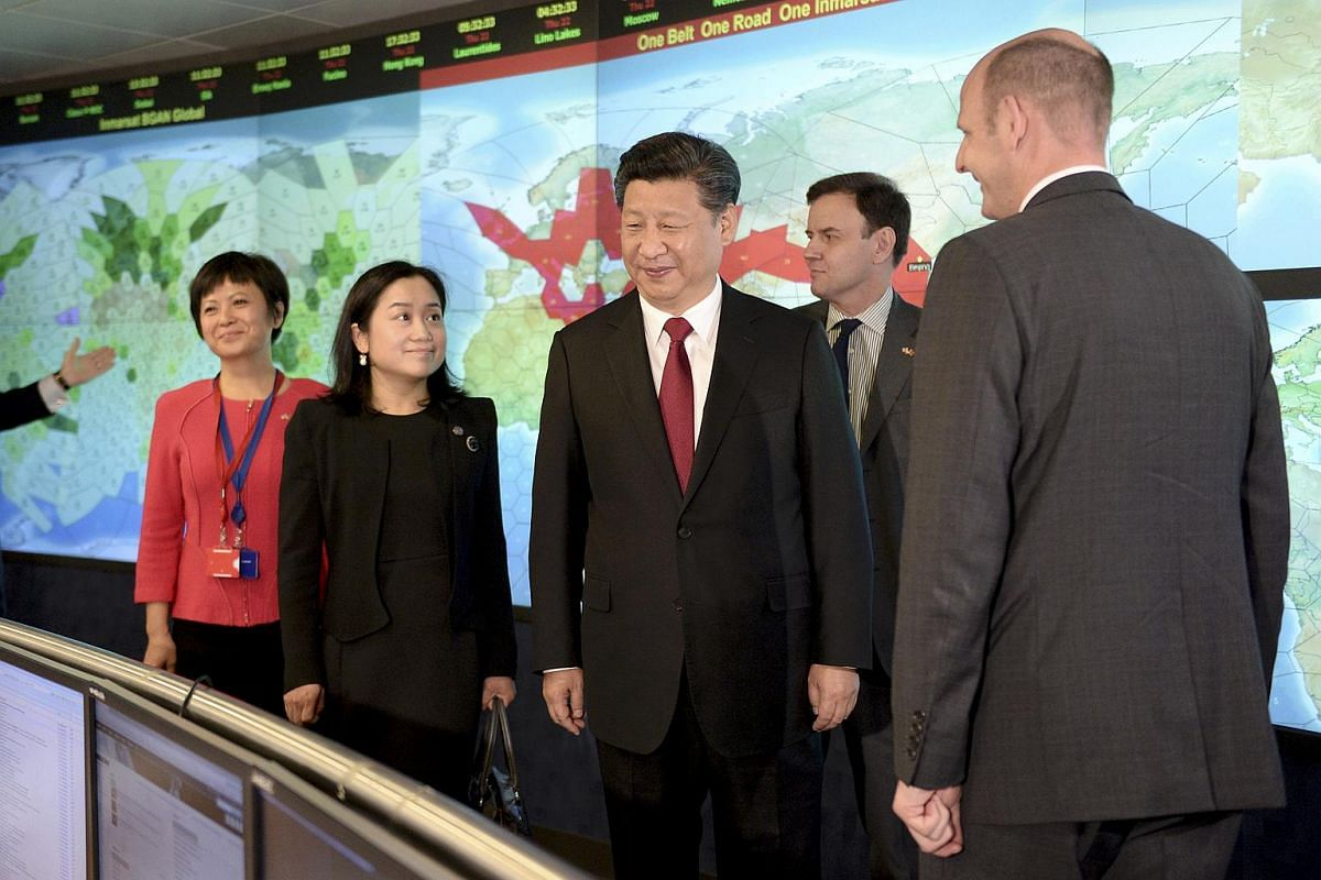 Chinese President Xi Jinping (centre) viewing satellite coverage screens in the Network Operation Centre control room with Rupert Pearce (right), CE of Inmarsat, during his visit to Inmarsat in London, Britain on Oct 22, 2015.