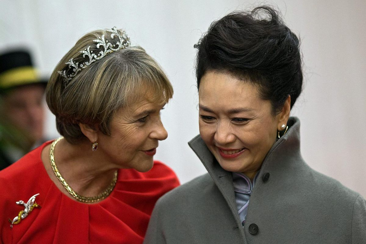 Gilly Yarrow (left), wife of London's Lord Mayor Alan Yarrow, and Chinese President Xi Jinping's wife Peng Liyuan (right) speak at a banquet in London on Oct 21, 2015.