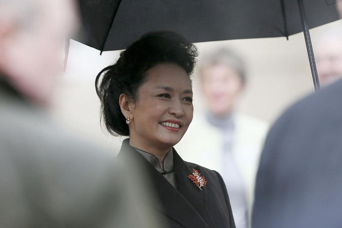 Peng Liyuan, wife of China's President Xi Jinping, speaks to guests as she visits Lancaster House in London, on Oct 21, 2015.
