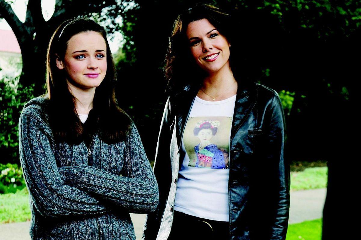 Alexis Bledel (Left) and Lauren Graham (right) in Gilmore Girls.