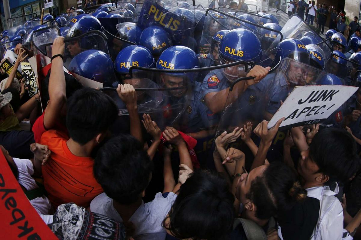 Filipino protestors run into riot police officers during an APEC protest rally at a street in Manila, Philippines, Nov 17, 2015.