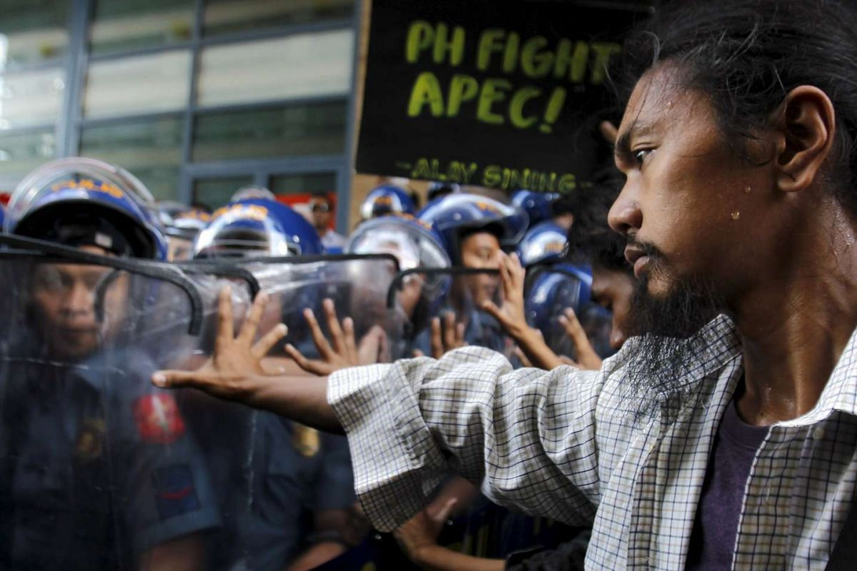 Student protesters clash with Philippine police during a rally near the US embassy ahead of the Asia-Pacific Economic Cooperation (APEC) summit, in Manila, Nov 17, 2015.