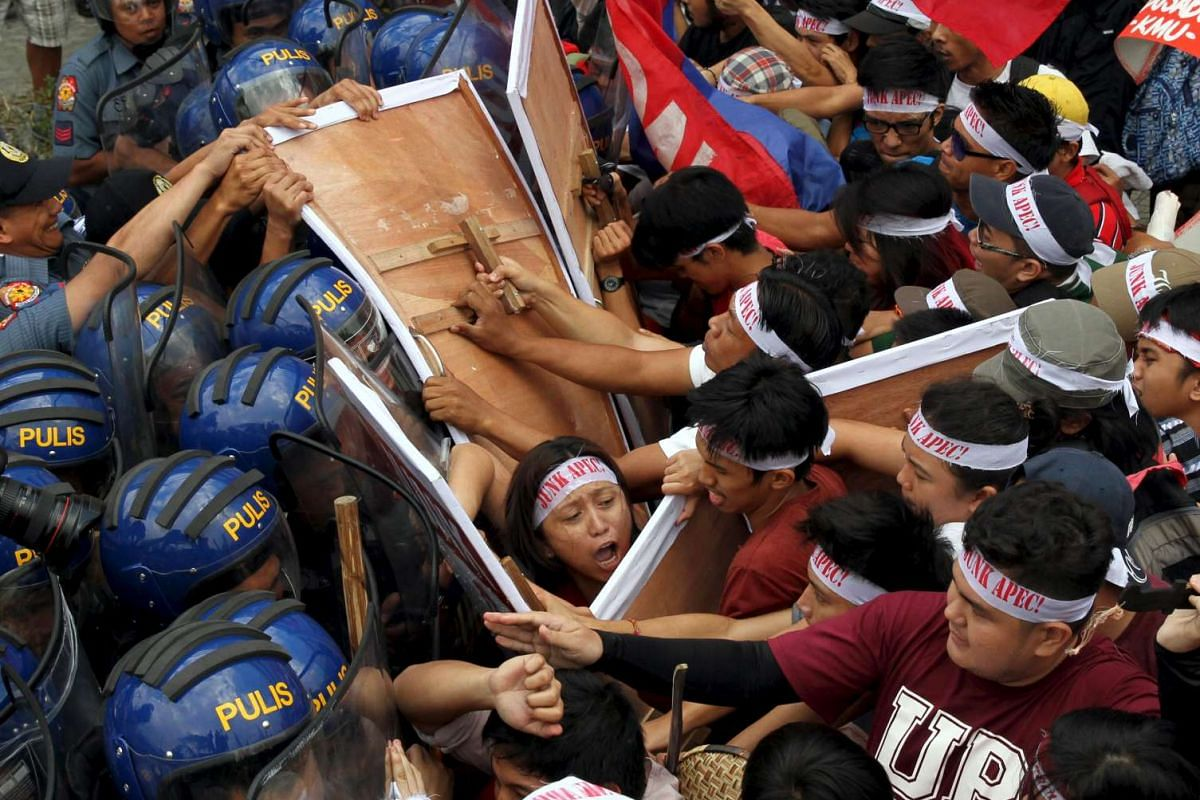 Protesters scuffle with the police as they try to march near the venue of the Asia-Pacific Economic Cooperation (APEC) summit where the leaders are meeting in Manila, November 18, 2015. PHOTO: REUTERS
