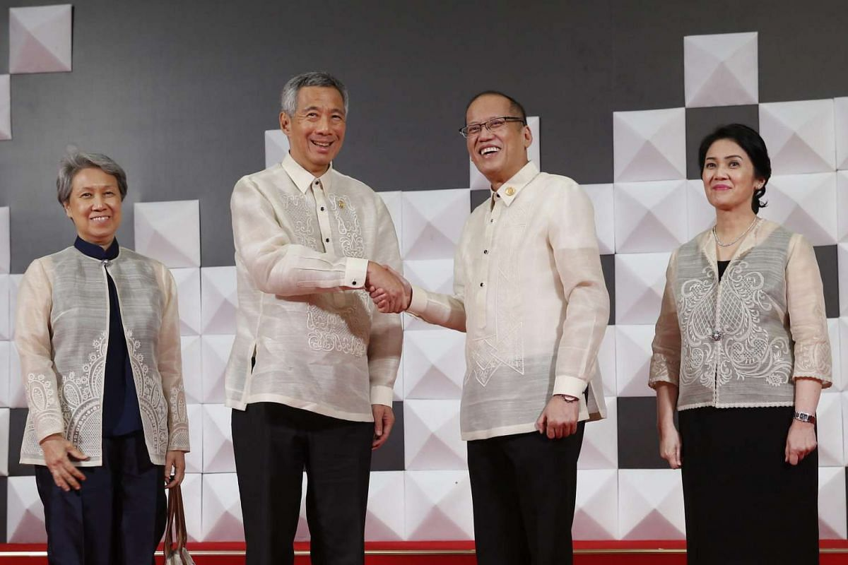 Singapore Prime Minister Lee Hsien Loong (second from left) and his wife Ho Ching, (left), pose for a photograph with Philippines President Benigno Aquino III (second from right) and his sister Maria Elena Aquino-Cruz (right) at the welcoming dinner
