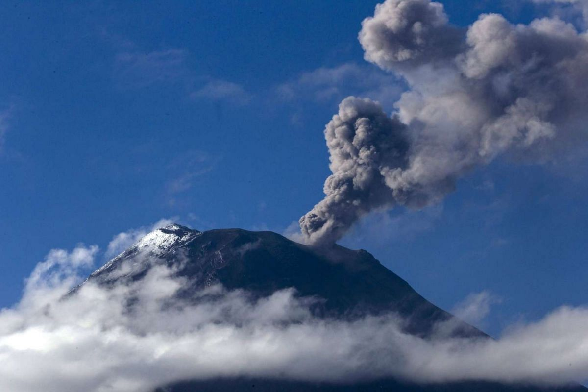 A plume of smoke from increased volcanic activity rises from the Tungurahua volcano from Banos, Ecuador, 19 Nov 2015.