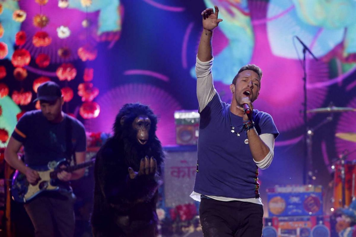 """Chris Martin of Coldplay sings """"Adventure of a Lifetime"""" during the 2015 American Music Awards in Los Angeles, California on Nov 22, 2015"""