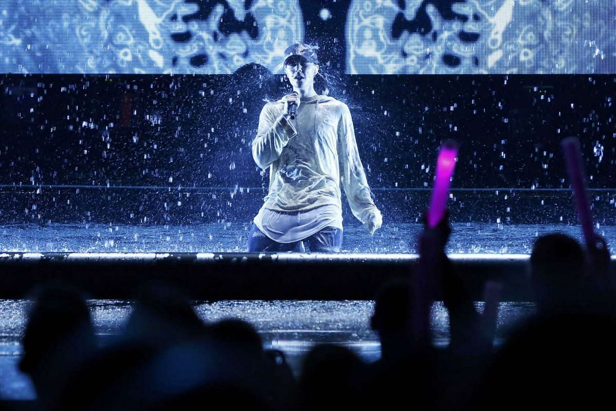 """Justin Bieber is drenched with water after he performed """"Sorry"""" during the 2015 American Music Awards in Los Angeles, California on Nov 22, 2015"""