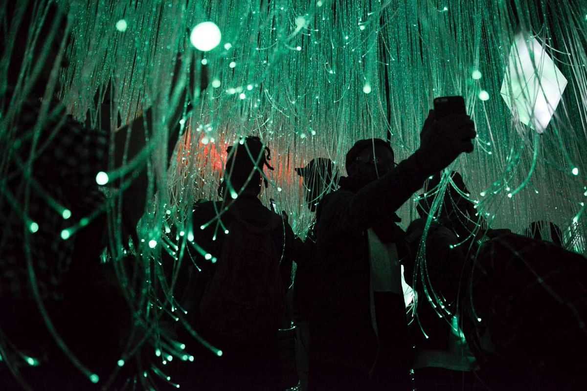 """People interact with the """"joyful"""" room at the Museum of Feelings, a pop-up installation in New York in New York, December 15, 2015. PHOTO: REUTERS"""
