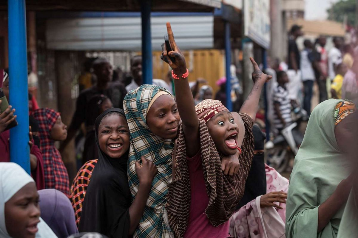 Hundreds of Nigerians celebrating at an intersection in the northern city of Kaduna on March 31, 2015, after the victory of main opposition All Progressives Congress (APC) presidential candidate Mohammadu Buhari.