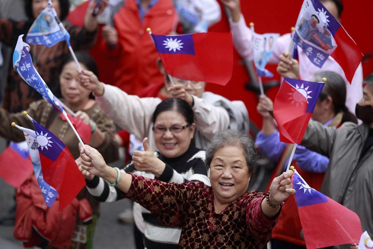 Supporters of Taiwan's ruling KMT party chairman Eric Chu waving flags during a campaign rally for the 2016 presidential election in Chiayi, southern Taiwan, Jan 5, 2016.