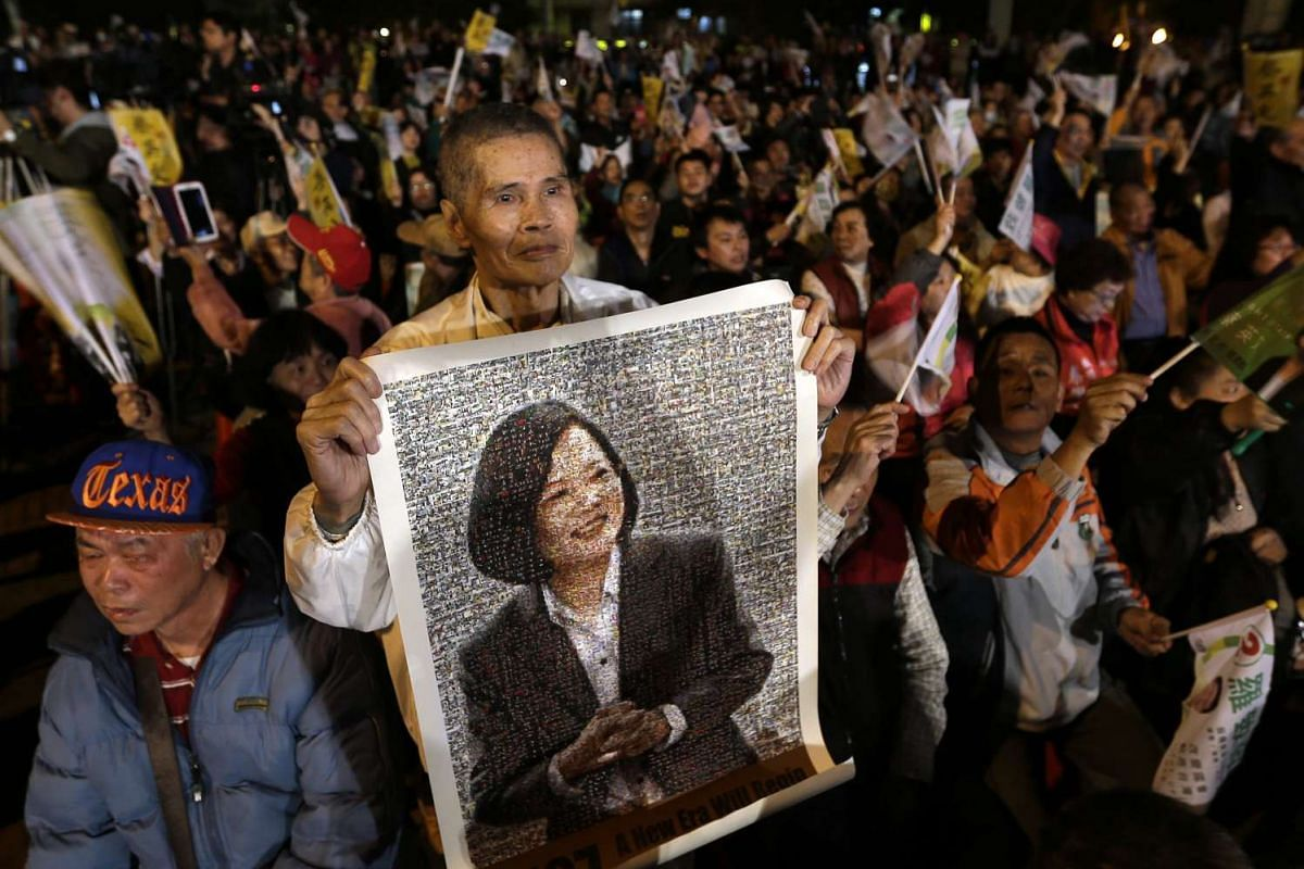 A supporter holding a collage portrait of DPP candidate Tsai Ing-wen during a campaign rally for the 2016 presidential election in New Taipei city, Taiwan, Jan 4, 2016.