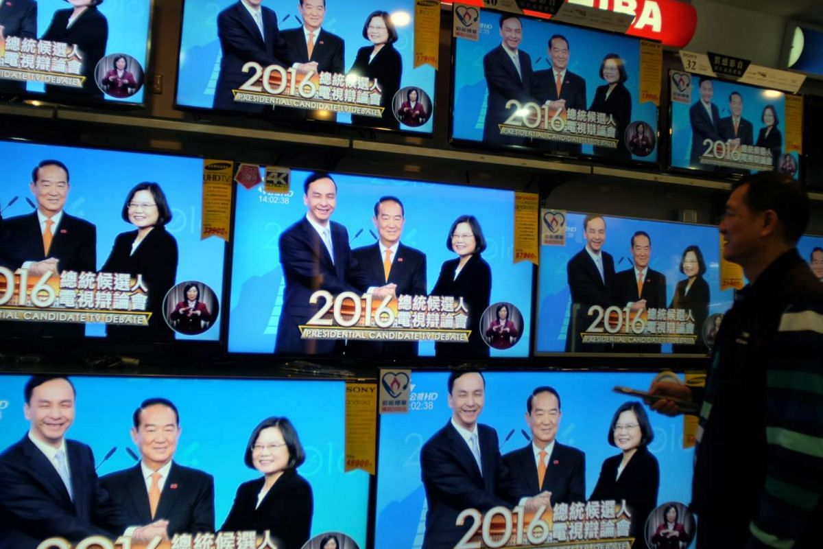 A man watching the second and final debate of the three presidential candidates (from left to right) Eric Chu of the ruling KMT, James Soong, of the People's First Part (PFP) and Tsai Ing-wen of the DPP on Jan 2, 2016.