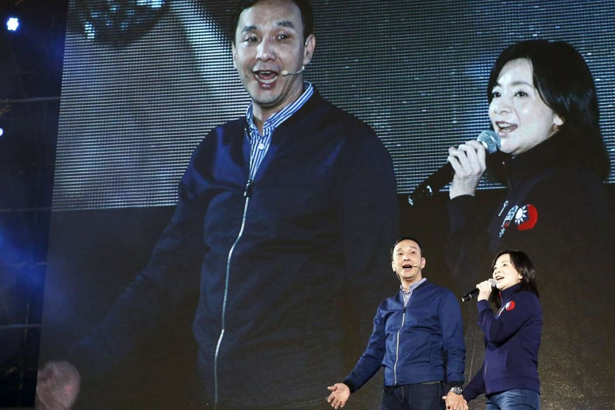 Taiwan's ruling Nationalist Party, or Kuomintang (KMT), chairman and presidential candidate Eric Chu and his wife Kao Wan-ching singing during a rally on Jan 10, 2016.