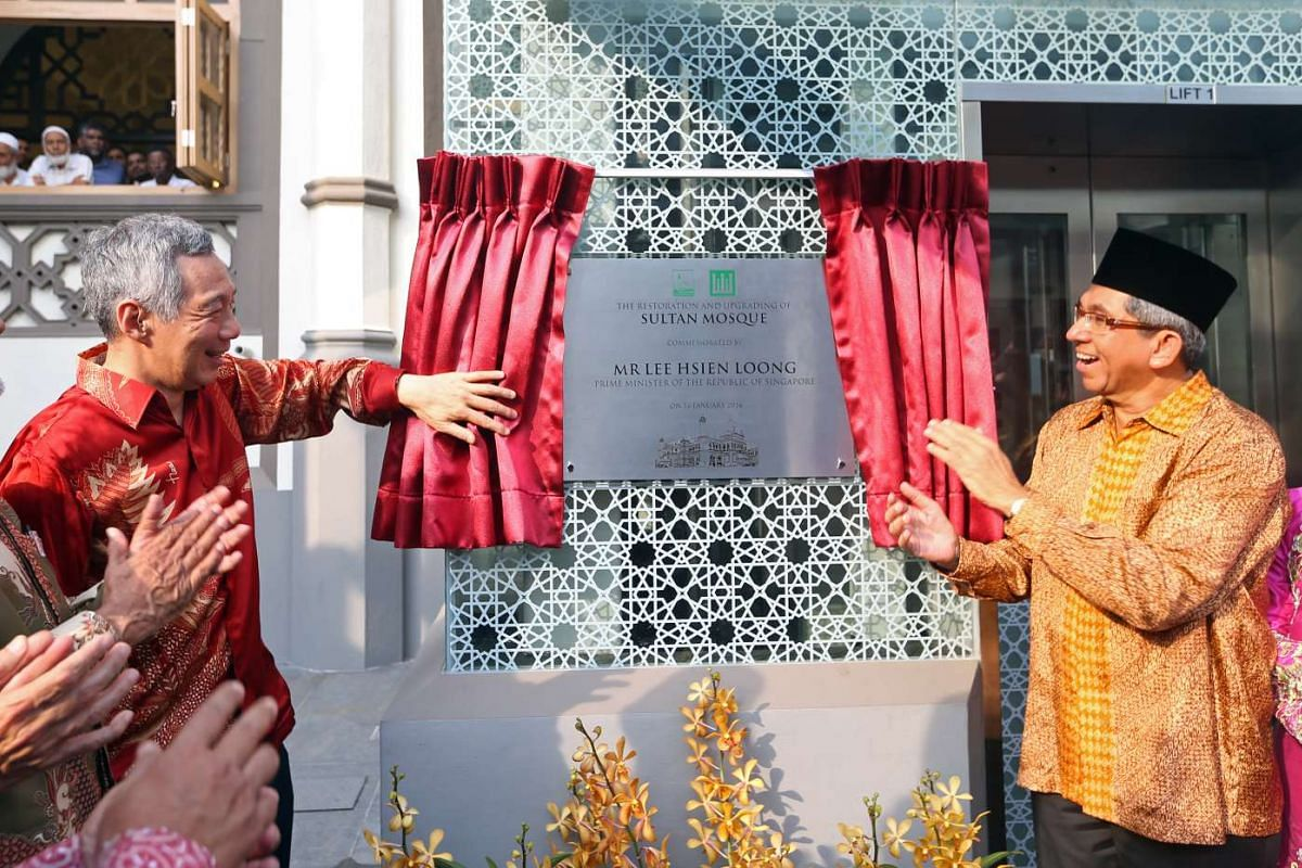 Prime Minister Lee Hsien Loong (left) and Dr Yaacob Ibrahim (Minister-in-charge of Muslim Affairs) unveil a plaque at the Sultan Mosque on Jan 16, 2016.