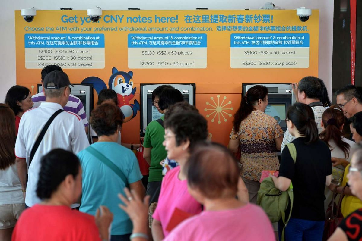 Residents queueing to withdraw new notes at the POSB pop-up ATMs at Ci Yuan Community Club on Jan 20, 2016.
