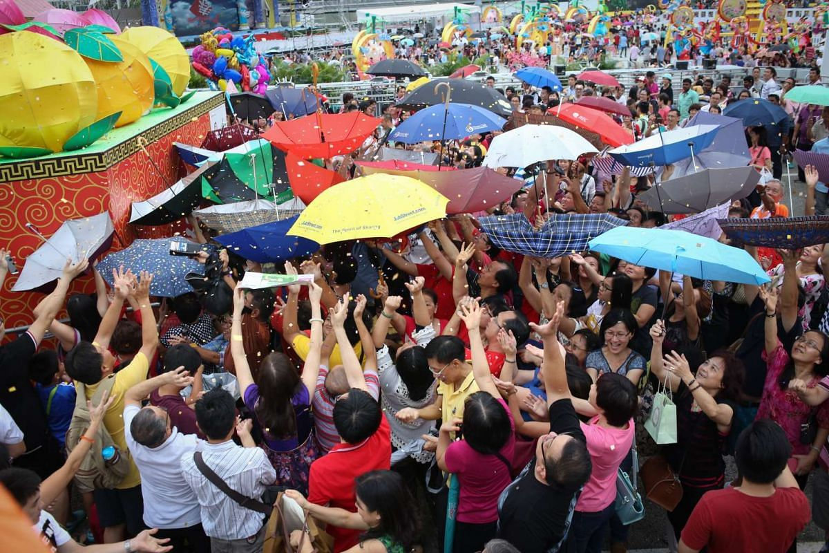 The God of Fortune shower at River Hongbao 2016 was a crowd favourite as people sought to collect golden strips and fortune numbers using various methods such as upturned umbrellas.