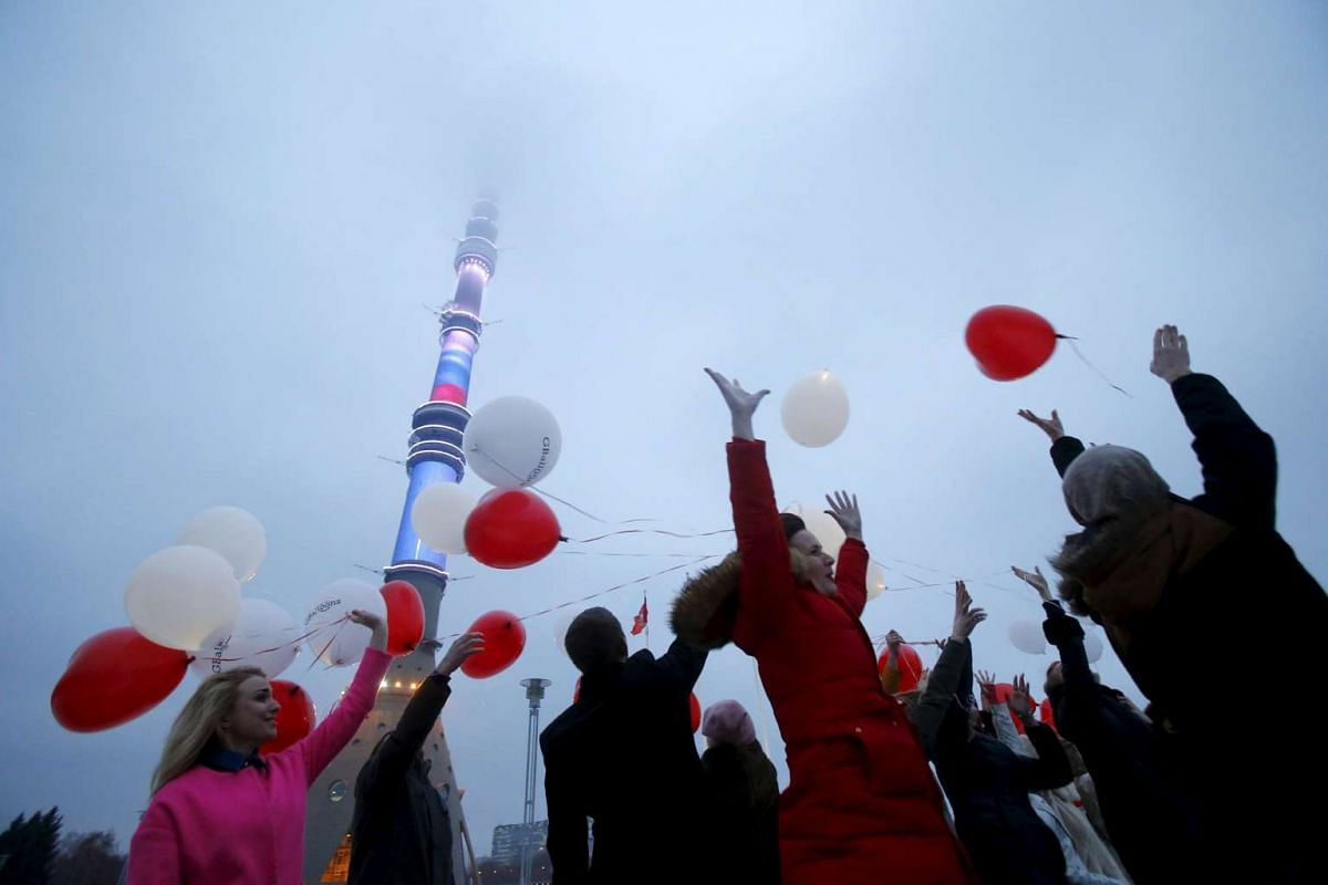 People throw balloons ahead of Valentine's Day near the Ostankino television tower in Moscow, Russia, on Feb 13, 2016.