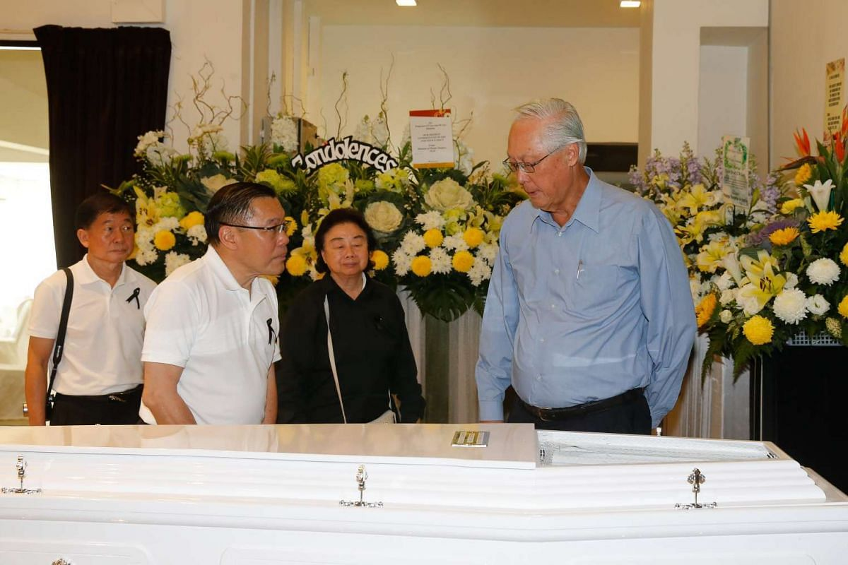 Emeritus Senior Minister Goh Chok Tong (right) at the wake of former PAP old guard Lee Khoon Choy, who passed away on Saturday (Feb 27) morning.