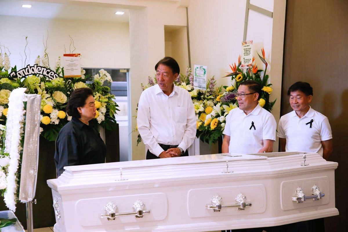 Deputy Prime Minister Teo Chee Hean (second from right) at the wake of former PAP old guard Lee Khoon Choy, who passed away on Saturday (Feb 27) morning.